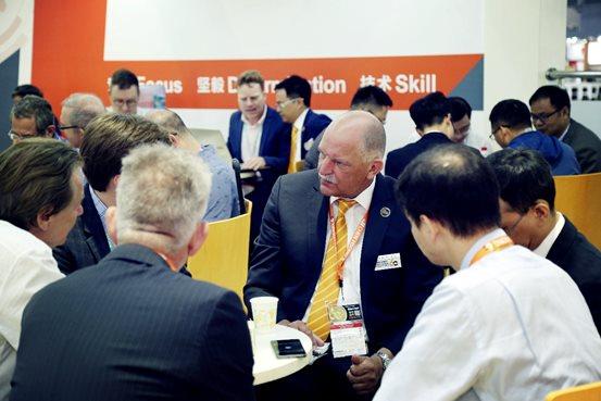 震雄欧洲分公司总经理 Corbey 先生与欧洲客户商谈