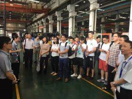 参观者来到龙门加工中心。